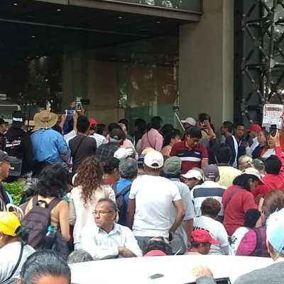 Manifestantes protestan frente a la Secretaría de Energía y bloquean Insurgentes, CDMX
