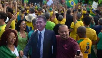 Foto: Un hombre se toma una autofoto con un muñeco de cartón que representa al presidente de Brasil, Jair Bolsonaro, durante una manifestación oficialista en Río de Janeiro, Brasil, mayo 26 de 2019 (Reuters)