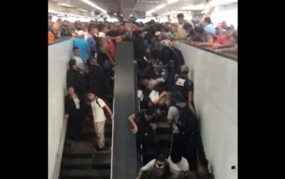 Mujer cae en Metro Pantitlán y provoca caída de tres personas más