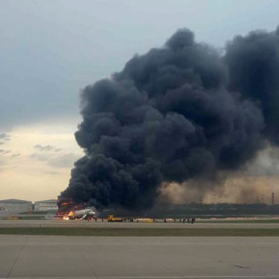 Al menos 13 muertos al incendiarse un avión en Moscú