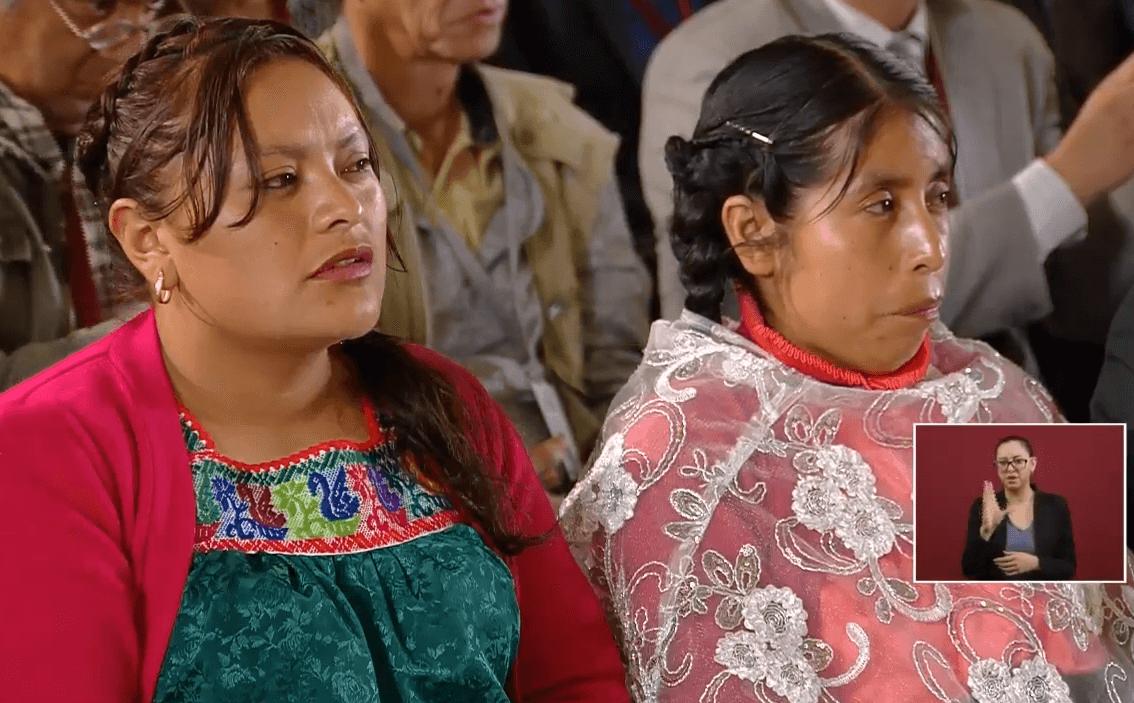 Foto: Mujeres indígenas presentes en la conferencia de prensa de López Obrador, 10 de mayo de 2019, Ciudad de México