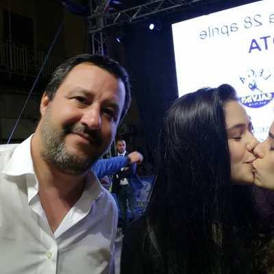 Mujeres se besan en selfie con político anti-LGBT