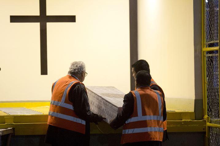 Foto: El cuerpo sin vida del pequeño llegó en un ataúd blanco al aeropuerto de la capital de Guatemala, 24 mayo 2019