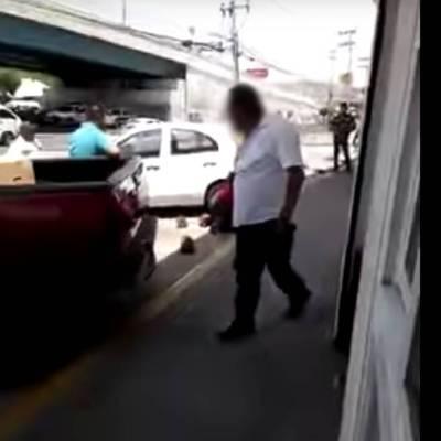 VIDEO: Hombre recibe paliza de otro por patear a un perrito