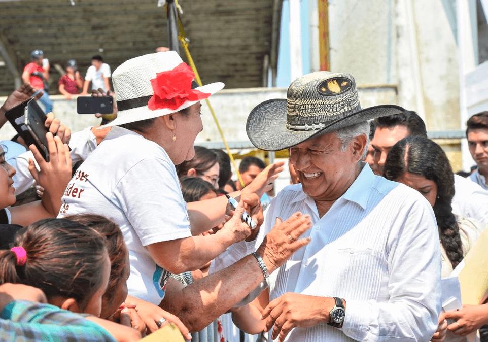 Foto: Personas saludan el presidente López Obrador en Campeche, 14 de abril de 2019, México
