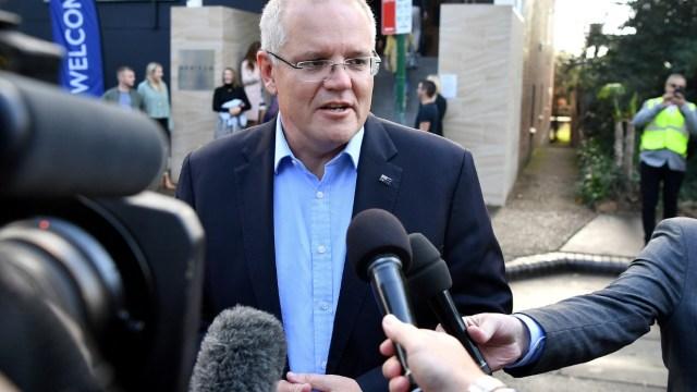 Foto: El primer ministro Scott Morrison habla a los medios de comunicación cuando llega a la Iglesia Horizon en Sutherland, mayo 19 de 2019 (Reuters)
