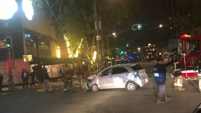 Foto: El conductor de un automóvil terminó su recorrido adentro de un restaurante en la colonia Roma, 10 mayo 2019