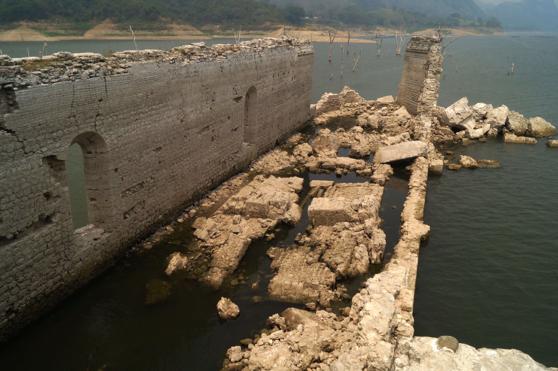 FOTO Sequía vacía presa y descubre convento colonial en Chiapas (EFE 28 mayo 2019 chiapas)