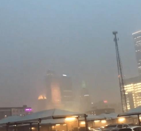 FOTO Tornado se forma cerca del aeropuerto de Tulsa, Oklahoma (Twitter)