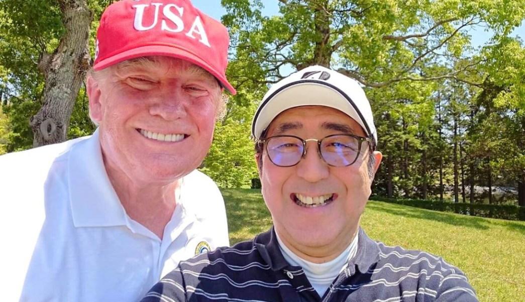 Foto: El primer ministro de Japón, Shinzo Abe, posa para una selfie con el presidente de los Estados Unidos, Donald Trump, en Mobara Country Club en Mobara, el 26 de mayo de 2019 (Reuters)