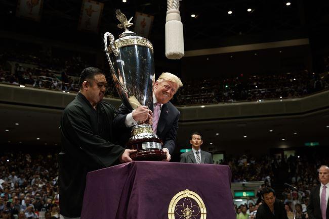"""Foto: Donald Trump recoge la """"Copa del Presidente"""" para entregarla al ganador del Torneo del Gran Sumo de Tokio, 26 mayo 2019"""