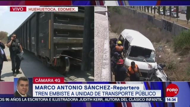 FOTO. Unidades de emergencia trabajan para retirar furgón accidentado