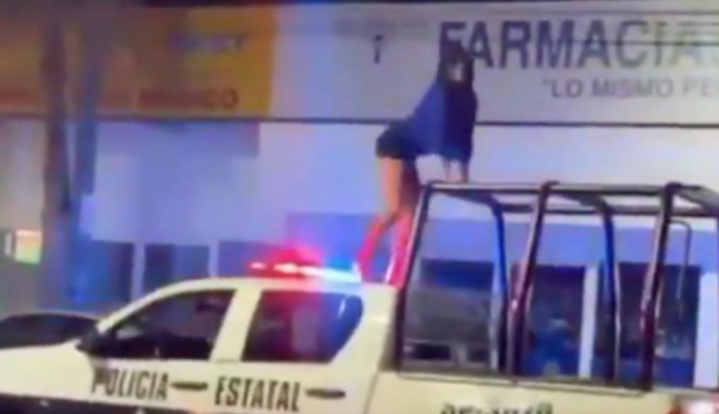 Mujer Baila En Toldo De Patrulla En Veracruz, Mujer, Baila, Patrulla, Veracruz, Mujer Baila Arriba De Una Patrulla