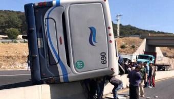 Foto: La volcadura de un camión de pasajeros en la carretera Acambay-Atlacomulco, en Edomex, deja 20 heridos, mayo 11 de 2019 (Twitter: @Contrapeso)