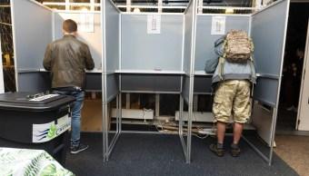 Foto: Los primeros votantes emiten su voto para las elecciones al Parlamento Europeo, 26 mayo 2019