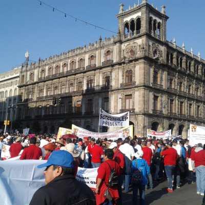Zócalo CDMX reúne a sindicatos por Día del Trabajo, hay marchas y mitines