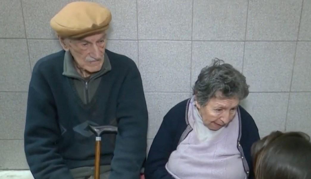 Pareja-abuelos-Ancianos-abandonados-Bar-Argentina-Desalojados