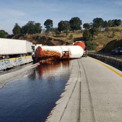 Volcaduras de pipas provocan cierre en ambos sentidos de la autopista México-Puebla