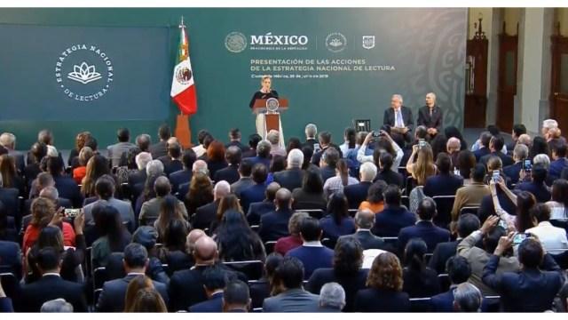 FOTO AMLO presenta la Estrategia Nacional de Lectura; Beatriz Gutiéerrez participa en al ceremonia (YouTube 26 junio 2019 cdmx)