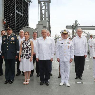 AMLO honra a los marinos en su día en Veracruz