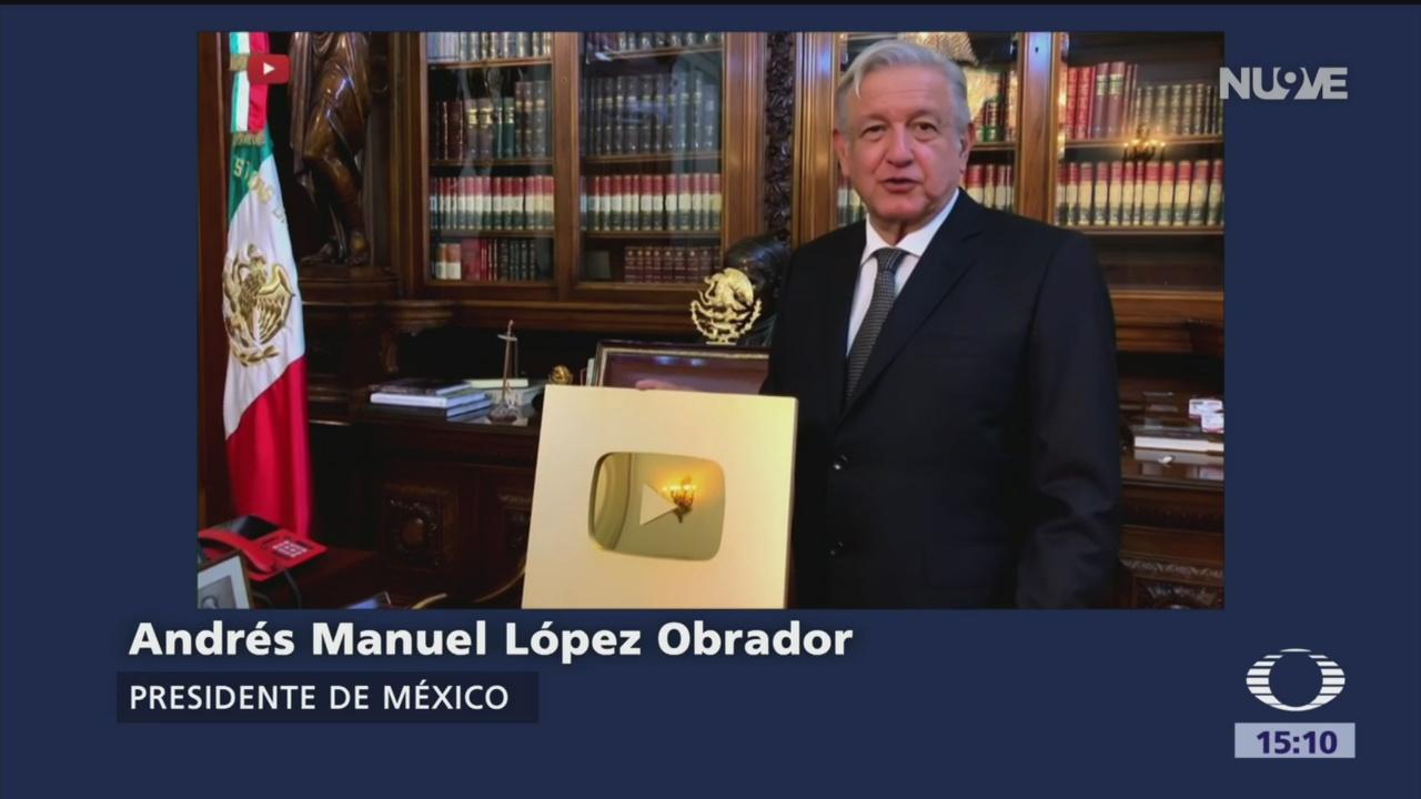 Foto: AMLO recibe 'botón de oro' por llegar a 1 millón de seguidores en YouTube