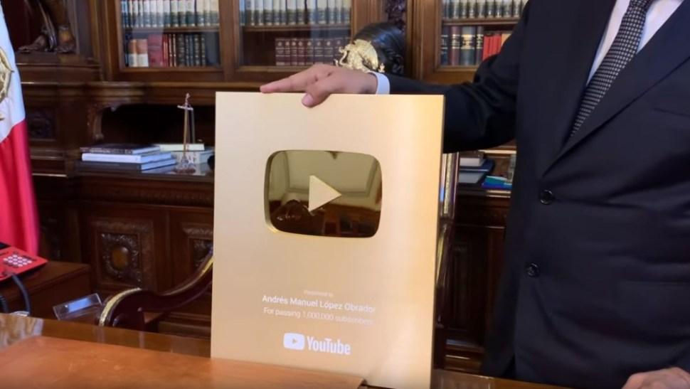 """Foto: AMLO presume el """"Botón de Oro"""" que otorga YouTube por llegar al millón de suscriptores, 21 junio 2019"""