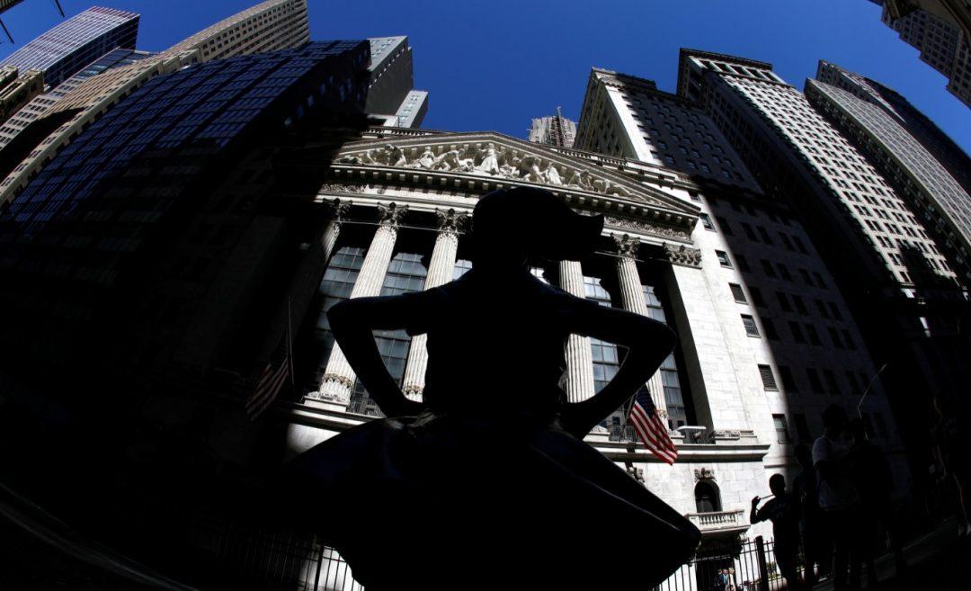 """Foto: La escultura """"Chica sin miedo"""" se ve afuera del edificio de la Bolsa de Nueva York (NYSE) en la ciudad de Nueva York, junio 4 de 2019"""
