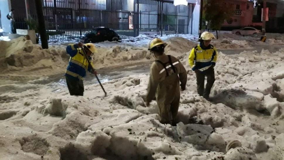 Foto: Elementos del Heroico Cuerpo de Bomberos trabajan en el saneamiento de las calles que resultaron afectadas por la fuerte lluvia y granizada, 30 junio 2019