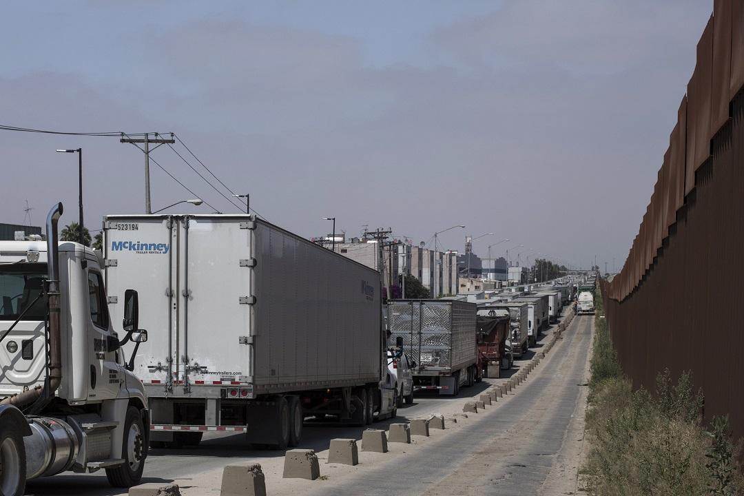 Foto: Decenas de camiones hacen fila para cruzar a Estados Unidos en la frontera de Tijuana, México. El 7 de junio de 2019