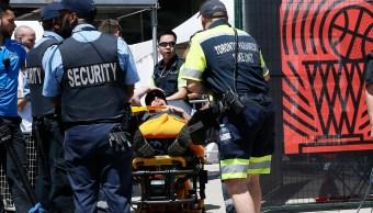 Foto: Paramédicos asisten a un fanático de los Toronto Raptors herido durante una balacera. El 17 de junio de 2019