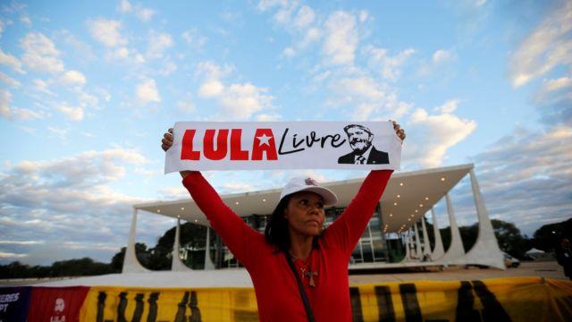 """Foto: Un seguidor del expresidente Luiz Inácio Lula da Silva sostiene un letrero con la leyenda """"Free Lula"""" afuera de la Corte Suprema de Brasil en la ciudad de Brasilia. El 25 de junio de 2019"""