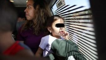 Foto: Agentes trasladan a una familia de migrantes en El Paso, Texas, EEUU. El 16 de mayo de 2019