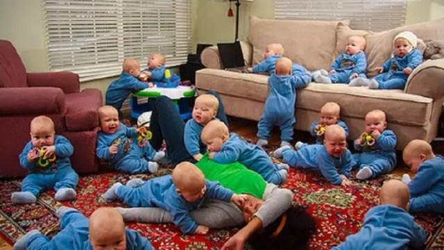 Foto: Fotomontaje de 17 bebés jugando en la sala de una casa. El 20 de enero de 2014