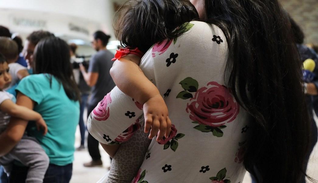 Foto: Cientos de mujeres y niños migrantes esperan en una estación de autobuses en McAllen, Texas, EEUU. El 22 de junio de 2018