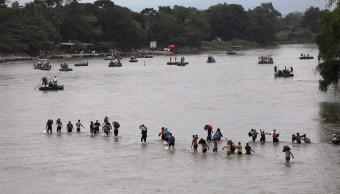 Foto: Migrantes recorren el río Suchiate mientras cruzan la frontera de Guatemala a México. El 20 de octubre de 2018