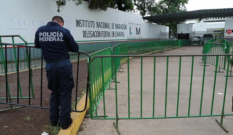 Foto: Un agente de la Policía Federal (PF) custodia la sede del Instituto Nacional de Migración (INM) en Chiapas, México. El 29 de mayo de 2019