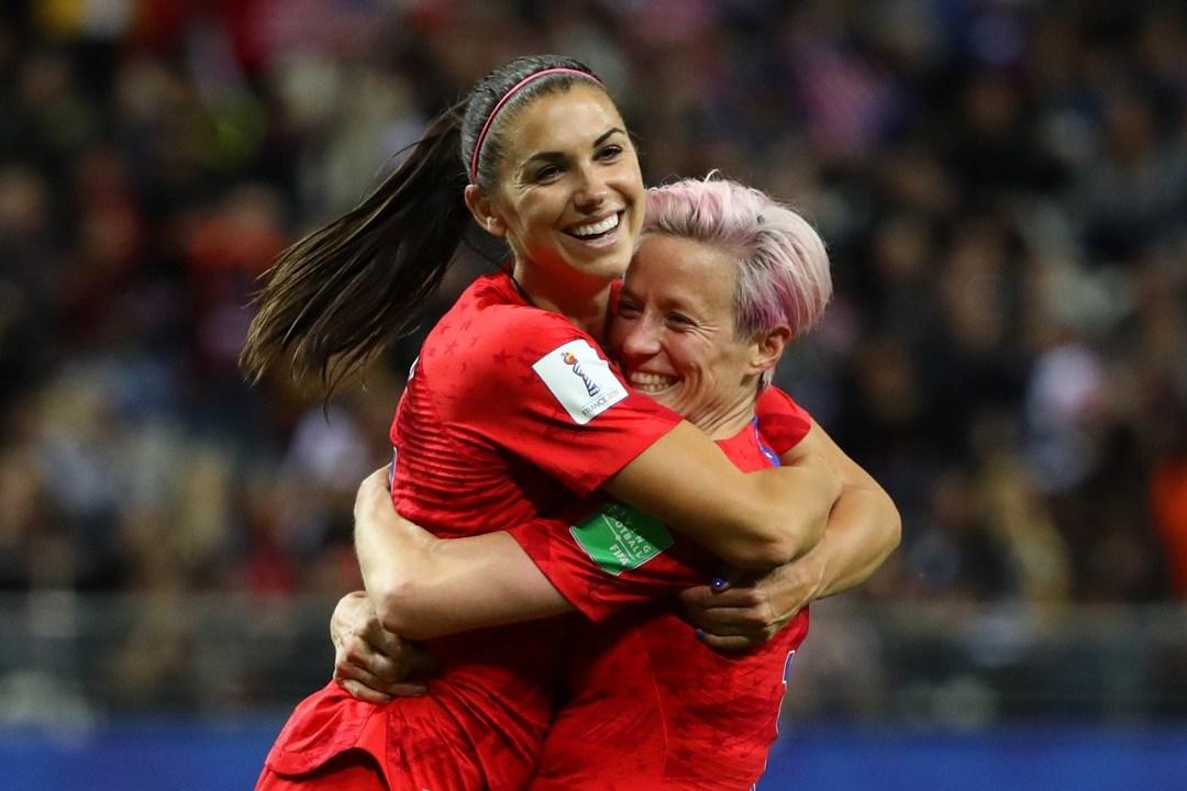 Foto: Alex Morgan celebra con su compañera de equipo Megan Rapinoe. El 11 de junio de 2019