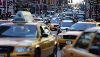 Foto: Varios taxis circulan por una calle de Nueva York, EEUU. El 23 de marzo de 2006