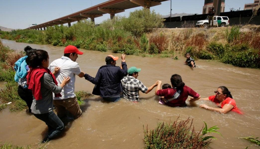 Foto: Un grupo de migrantes intentan cruzar el Río Bravo para llegar a Estados Unidos. El 11 de junio de 2019