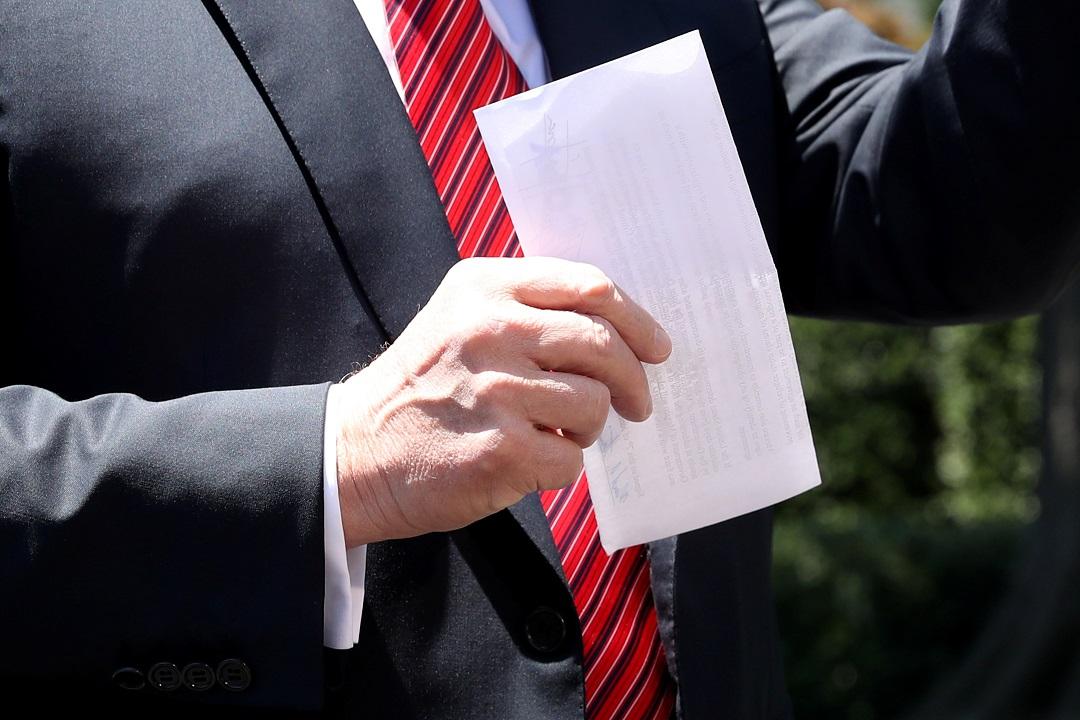 Foto: Donald Trump mostró a reporteros una carta del acuerdo con México. El 11 de junio de 2019