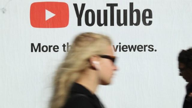 Foto: Una persona camina frente a un anuncio de YouTube en calles de Berlín, Alemania. El 5 de octubre de 2018
