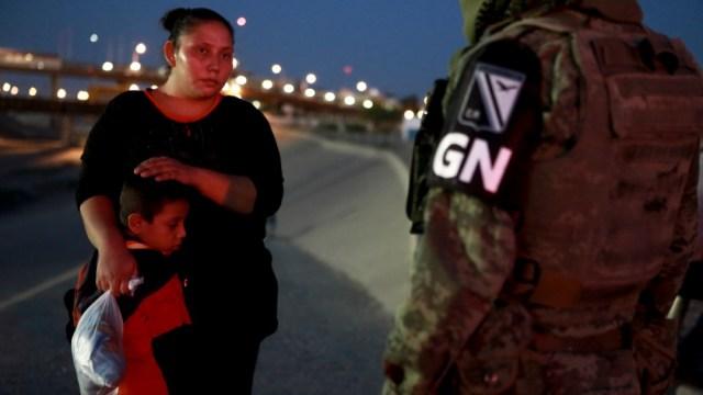 Foto: Miembro de la Guardia Nacional detiene a migrantes centroamericanos, 24 de junio de 2019, Ciudad Juárez, Chihuahua