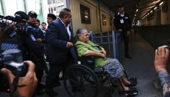 """Foto: Consuelo Loera, madre de Joaquín """"El Chapo"""" Guzmán, está sentada en una silla de ruedas en la Embajada de EU en México, 1 junio 2019"""