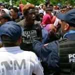 Foto: Un migrante discute con un oficial de la Policía Federal durante una operación conjunta del gobierno mexicano en Chiapas, junio 8 de junio de 2019 (Reuters)