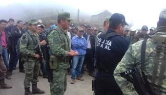 En Heliodoro Castillo, Guerrero, un grupo de militares y policías fueron liberados por pobladores tras agilizar la entrega de fertilizantes a campesinos (Twitter: @DCCDMX)