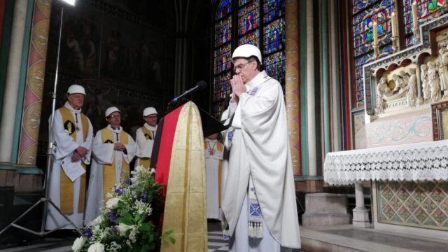 Foto: El arzobispo de París, Michel Aupetit, dirige la primera misa tras el devastador incendio en la catedral de Notre Dame, junio 15 de 2019 (Reuters)