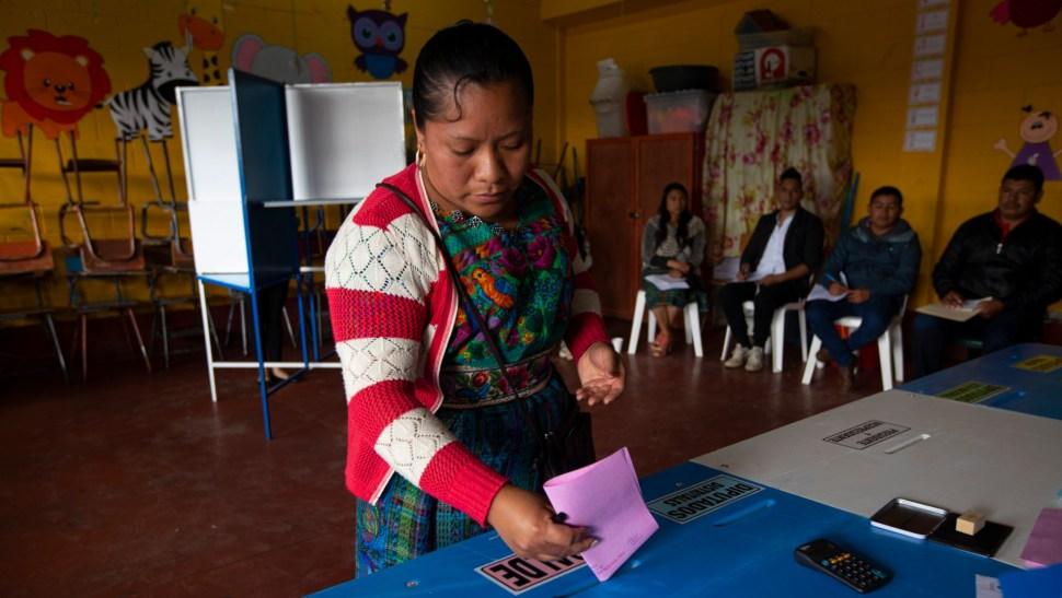 Foto: Mujer guatemalteca deposita su voto, 16 de junio de 2019, Guatemala