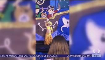 Niña bailarina ignora festival para saludar a su mamá
