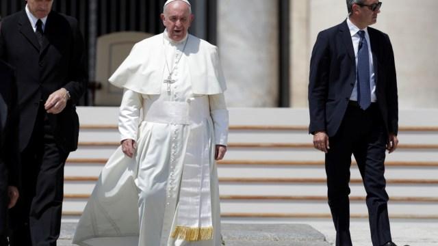 Foto: El papa Francisco sale de su audiencia general y camina por la plaza de San Pedro en el Vaticano., 5 junio 2019