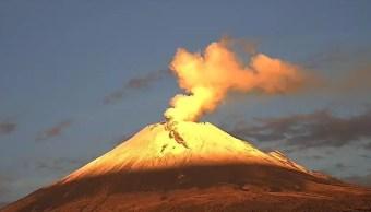 FOTO Volcán Popocatépetl amanece nevado, emite exhalación de 800 metros de altura (Twitter @PC_Estatal 19 junio 2019 puebla)